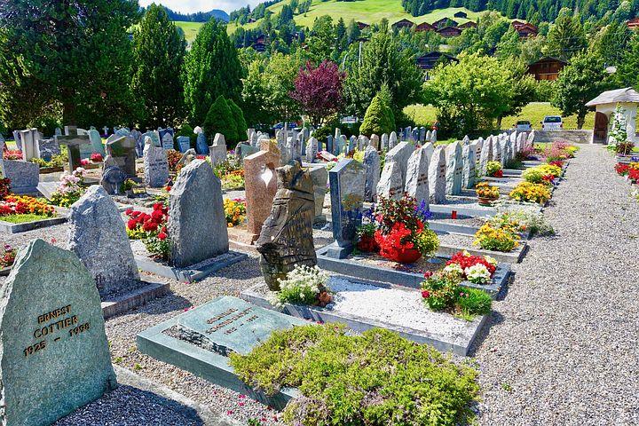 Due associazioni di Mineo portano i fiori al cimitero per aiutare gli anziani